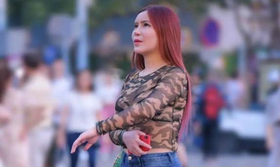 身材丰腴的牛仔裤美女,紧致凹凸增添了简约的美感!