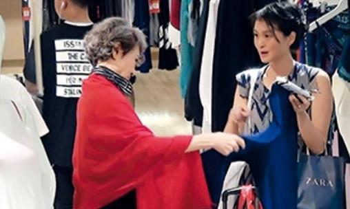 """70岁的""""苗翠花""""萧芳芳近照,满头白发,网友:比刘晓庆顺眼多了"""