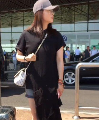 蒋欣机场不愿签名,白衣男子狂追不舍,网友:谁知什么企图