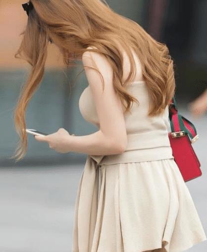 """街拍:外型""""彪悍""""的小姐姐,丰腴的身形, 傲人身材一览无遗"""