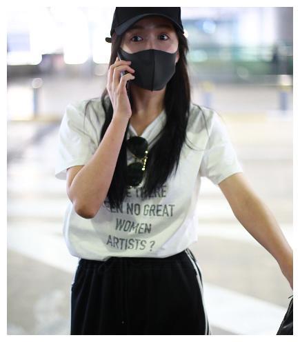 娄艺潇口罩遮面似和男友煲电话粥