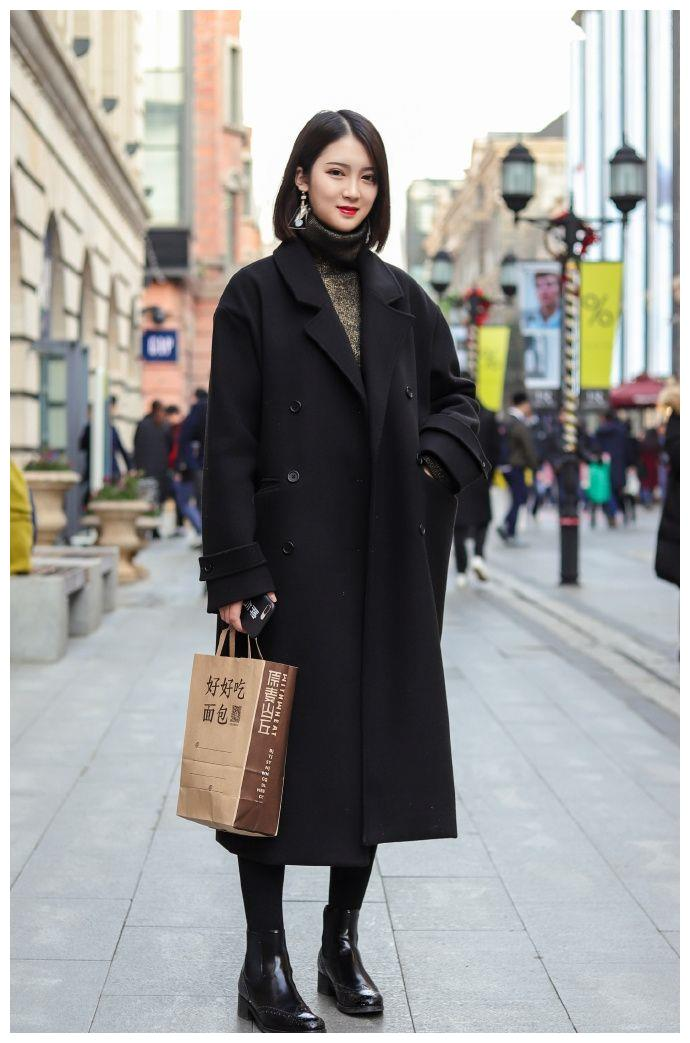 俏丽性感的美女街拍:时尚潇洒的美女,更显S型的身材曲线