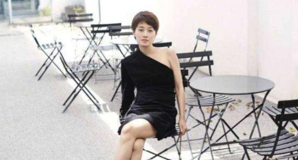 43岁马伊琍衣品大涨!一袭黑色斜肩裙高挑又优雅,单身后变美了