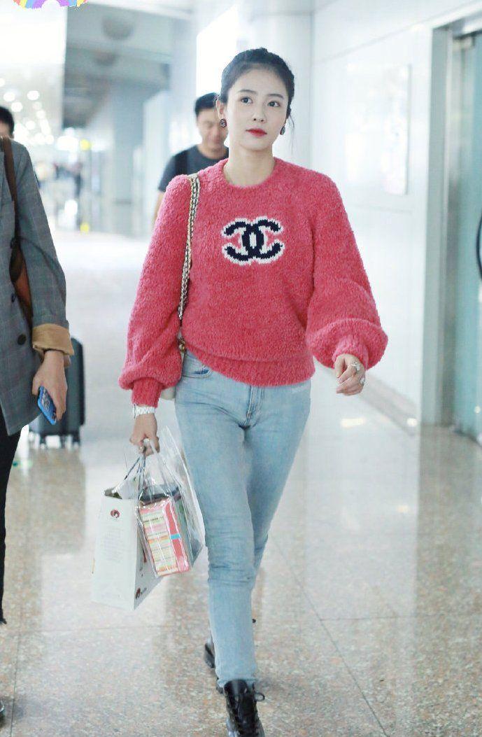 白鹿现身机场,身穿一件粉色上衣搭配牛仔裤,尽显少女心