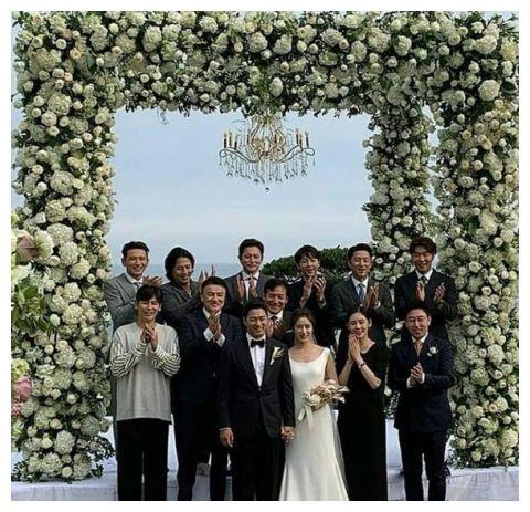 举办婚礼宋仲基有到场,44岁朱镇模公开婚纱照,两人很有夫妻相!