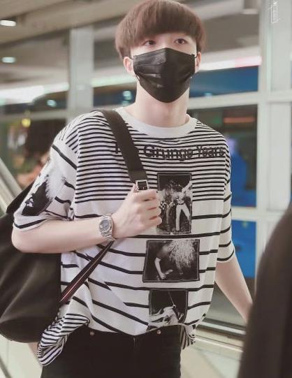 陈立农街拍:黑白条纹复古风T恤清新帅气,衣服反穿引领新潮流?