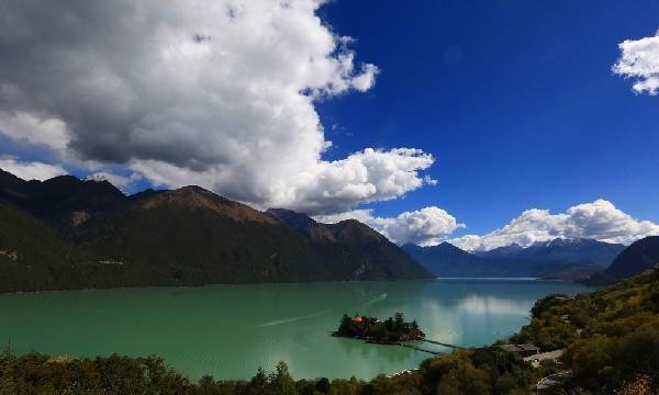 西藏这个湖泊虽深藏在远离城镇山沟里,但名气却一点都不小
