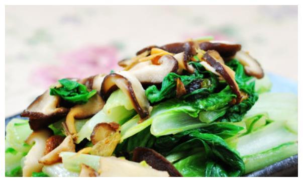 """小白菜跟""""它""""才是完美搭配,简单一炒就是佳肴,又鲜美又清口"""
