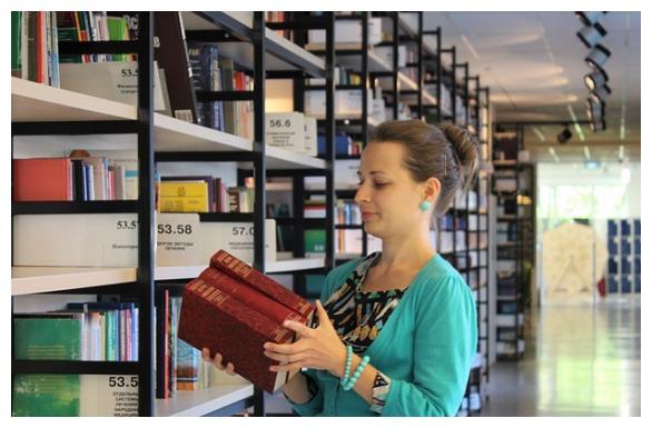英国美女来中国留学,看到图书馆这一幕不解:中国男人为何会这样