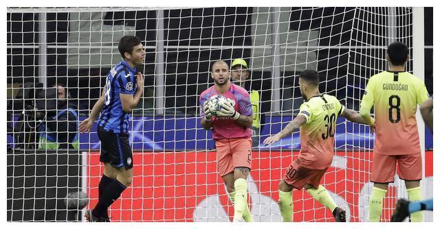 郜林也客串过门将!点球扑对了方向,力助国足3-1击败巴勒斯坦