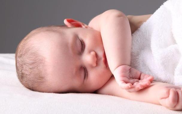 """为啥宝宝偏爱""""投降式""""睡姿?了解原因后,别把宝宝胳膊塞被窝了"""