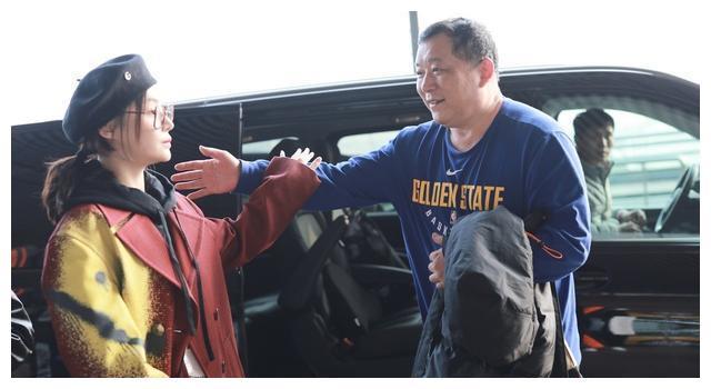 """袁姗姗和父亲现身机场,豹纹镜框难掩憔悴,外套好像""""番茄炒蛋"""""""
