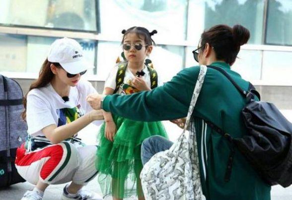 李湘的女儿穿dior,戚薇的女儿穿古驰,赵薇的女儿穿这个
