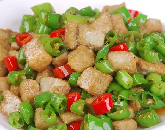 青椒和此物一起炒,每天来一盘,色斑淡了,脸色红润,肚子也不鼓