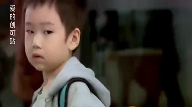 小男孩人贩子被强行拖走,说了两个字后竟救了自己,真是机智