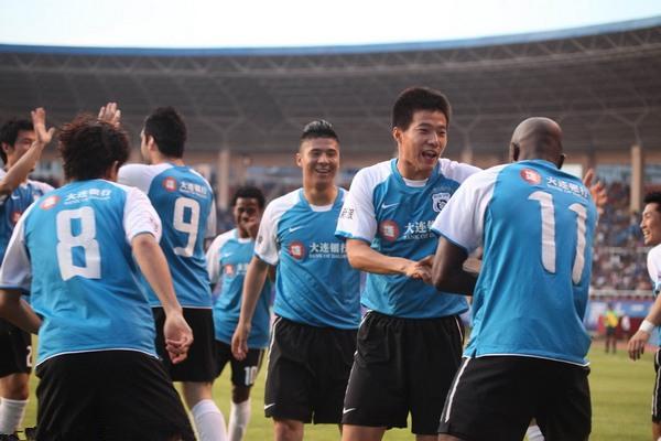 足球老照片 2012年7月14日中超第17轮大连德比实德3比2大连阿尔滨