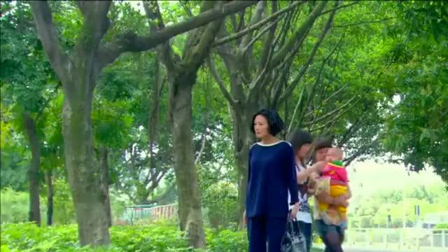 加油妈妈:董事长夫人智商只有十岁,不料在街上跟小孩子抢吃的