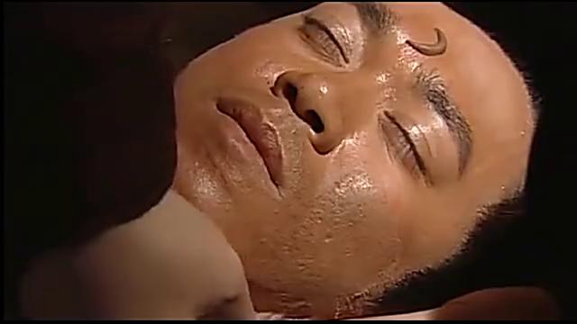 入殓师替死者敷面,偶然摸到死者的脖子,顿时冷汗直冒