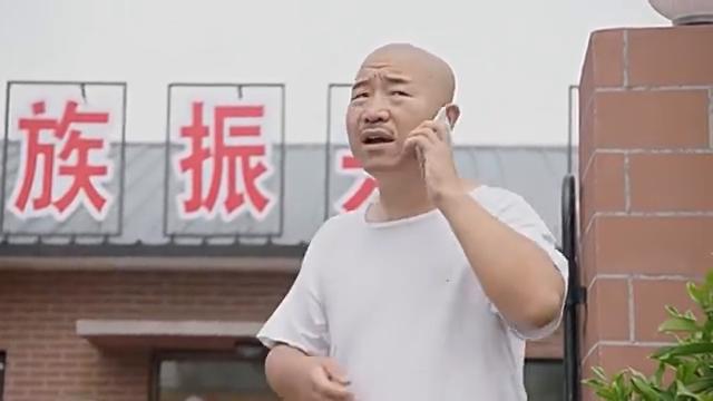 大伙在村口迎接大学生村官,谢广坤挖苦宋晓峰,不料反而被讽刺