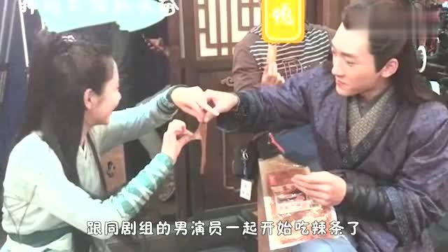 吃辣条也需要仪式感谭松韵片场吃辣条助理递过来这个东西