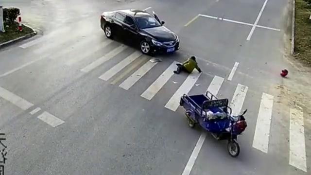 别看不起三轮,他要是急了,能把轿车撞一个坑