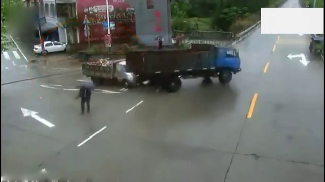 大货车一招神龙摆尾,和小货车相撞,把路人都吓到了