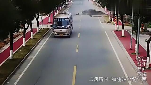 清洁工打扫马路,几秒后侥幸躲过死神,看完监控腿都软了