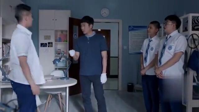 生活老师检查宿舍,江天昊被罚打扫厕所找上了钱学霸指责他