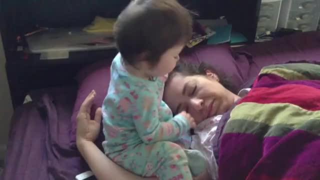 有了娃还想睡懒觉?那都是不存在的,不醒,眼睛都给你硬掰开喽