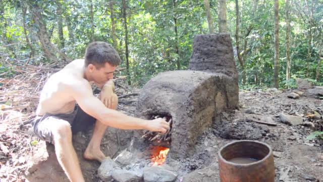 澳洲小哥终于更新了,徒手建造泥巴窑烧制陶器!