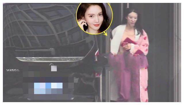 金晨剧组复工不戴口罩,穿粉红睡袍敷面膜,毫无偶像包袱