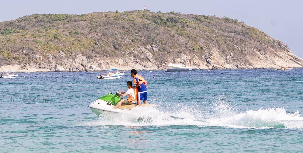 随拍:开着摩托艇海上冲浪 精彩纷呈