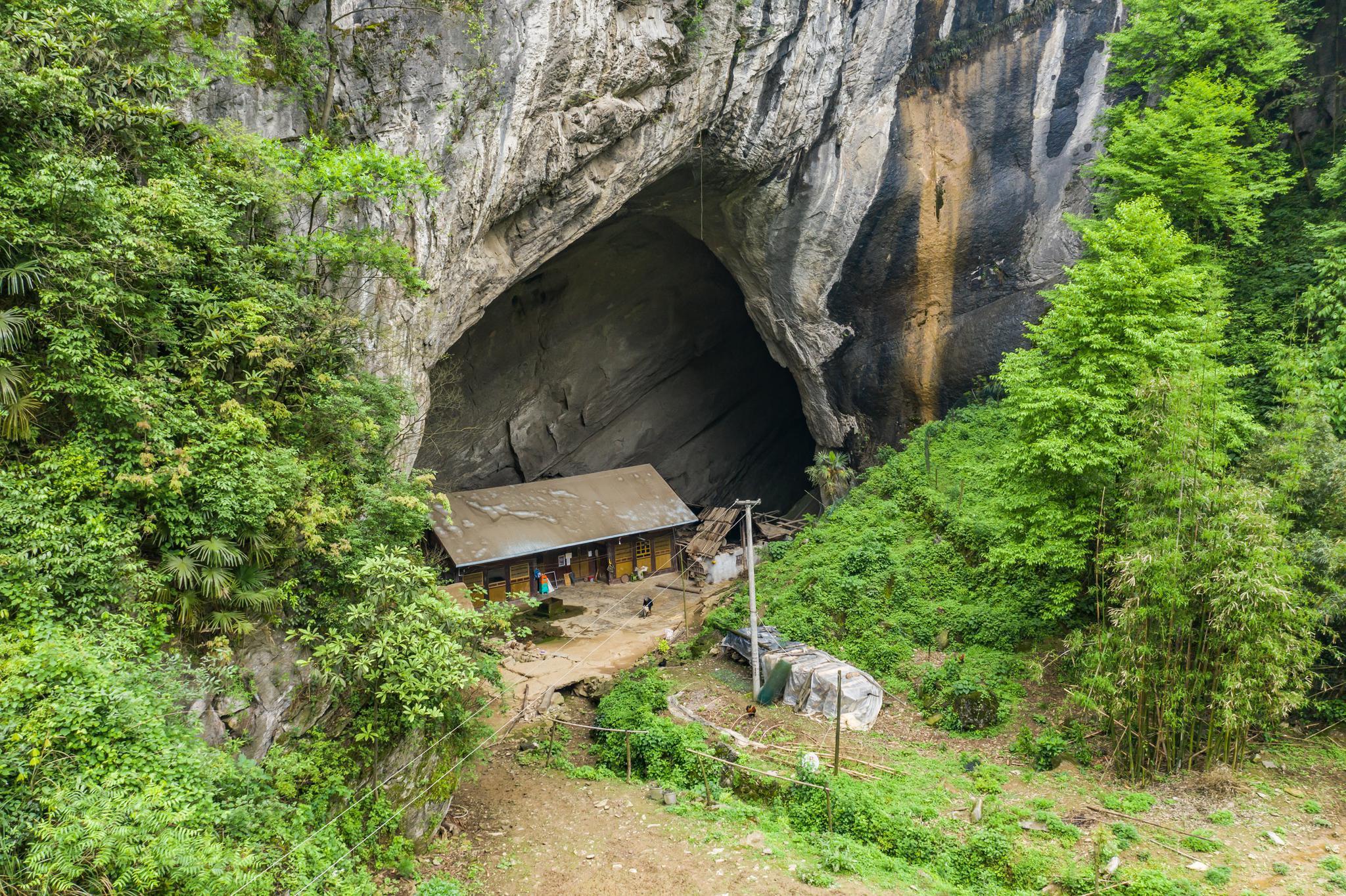 贵州大山藏着一山洞,一户人家五代人住,喝洞顶滴下来的山泉水