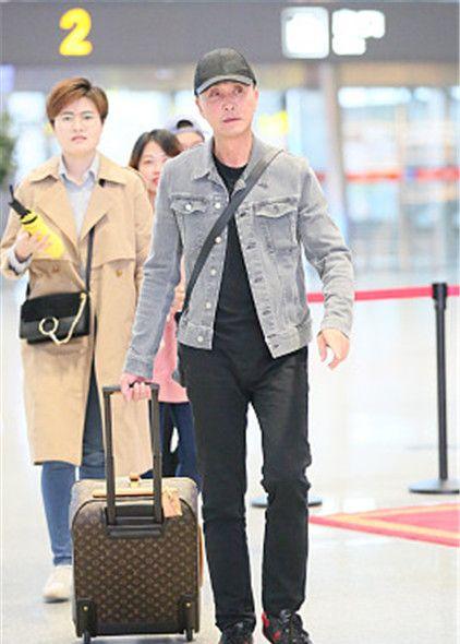 """""""达康书记""""吴刚现身机场,自拖行李箱赶路亲和无星架"""