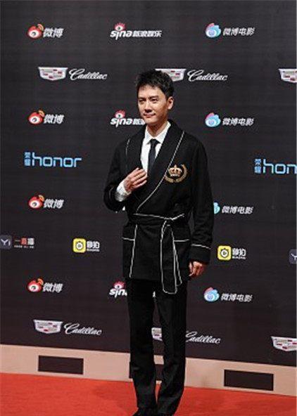 微博电影之夜星装:冯绍峰Dolce&Gabbana浴袍搭西裤,慵懒绅士