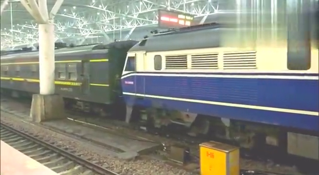 湖蓝色双层车0K8392驶出南京站,朝着南京西方向,缓缓驶去