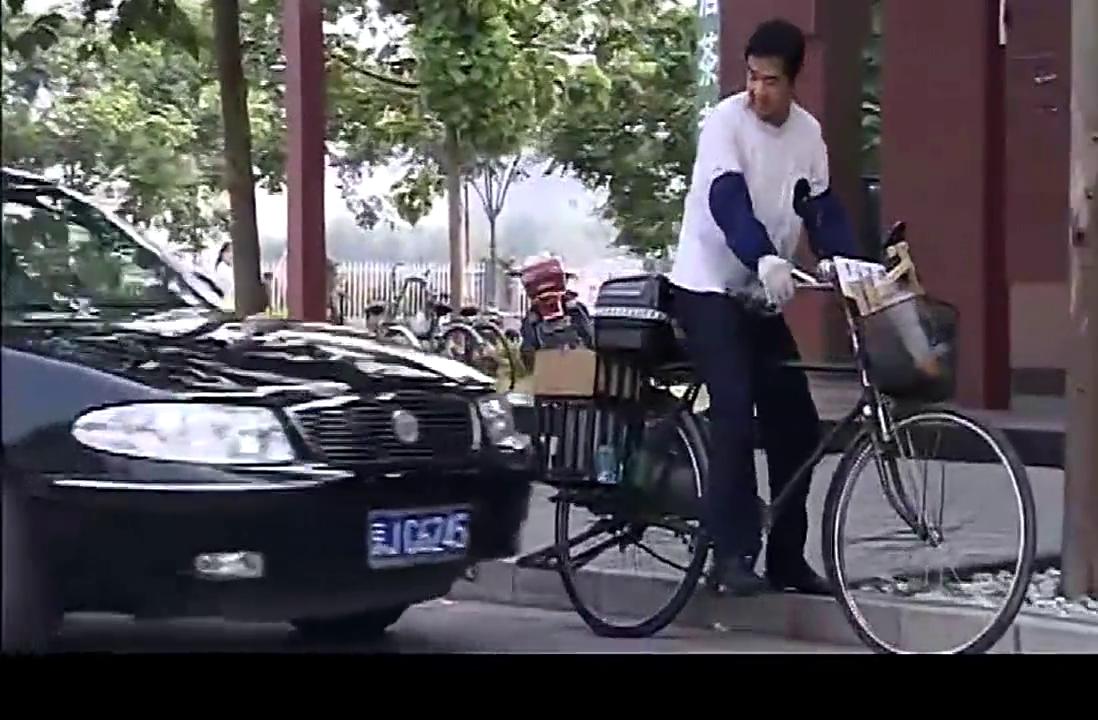 哥哥骑着自行车擦油烟机,后面汽车直摁喇叭,开窗一看竟是亲弟弟