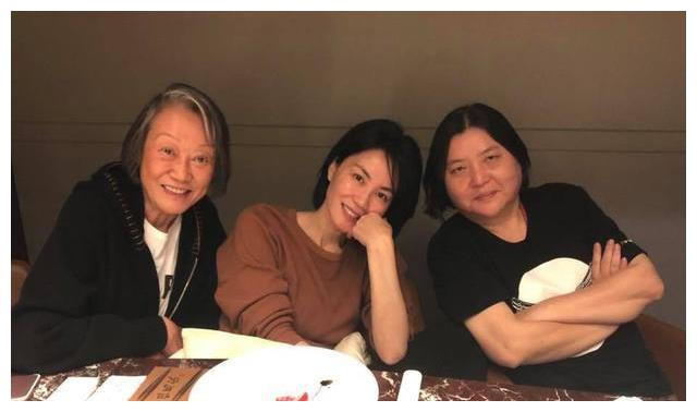 王菲现身台湾见好友,一个小细节暴露出男友谢霆锋也在!