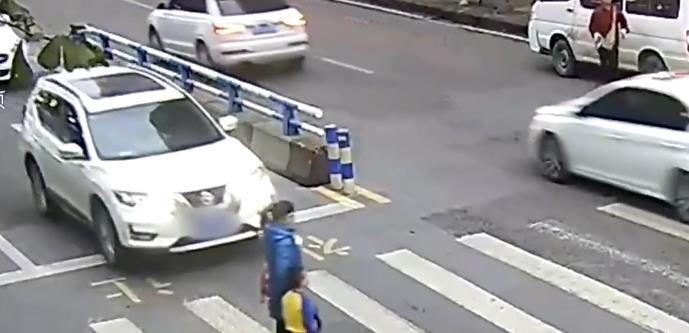 母子被撞儿子踹车上热搜,5岁儿子和妈妈的回应来了!让人想不到