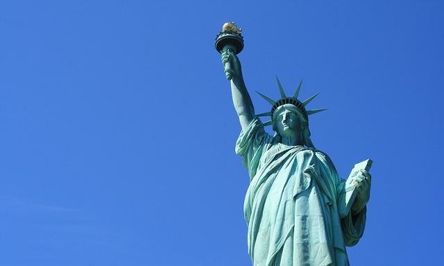 自由女神穿着古希腊服装,头戴光芒四射冠冕,七道尖芒象征七大洲