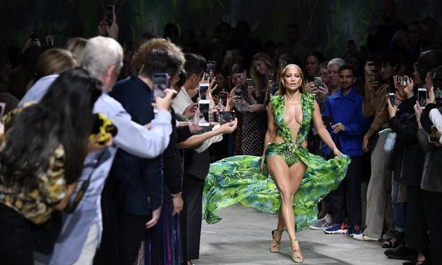 女装2020春夏时装秀上詹妮弗·洛佩兹走在范思哲时装秀的 T 台上