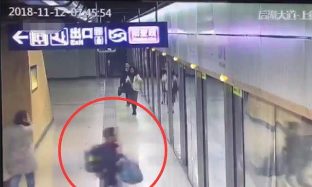 湖北武汉一名小学生没赶上地铁怕上学迟到 坐地号啕大哭