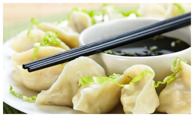 非洲人模仿中国吃饺子,看到成品后,感慨上辈子做好事才生在中国