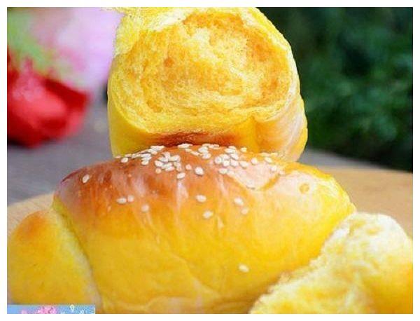 南瓜泥揉进面团做出来的面包, 金黄颜色特诱人, 口感也相当松软