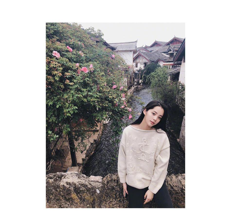 欧阳娜娜的春游照,果然青春活力十足。