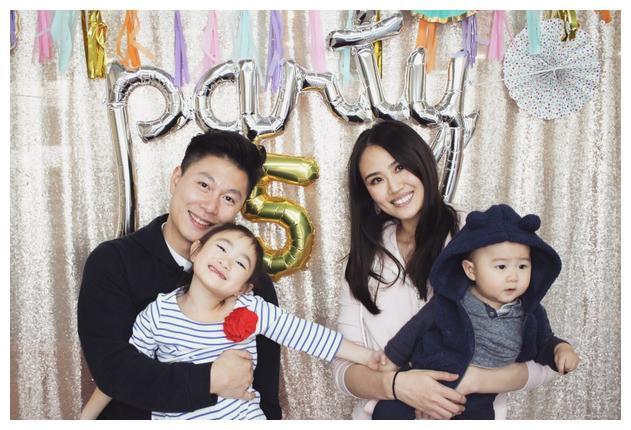 李小鹏李安琪庆祝奥莉五周岁生日,奥利奥呆萌抢镜,一家人很温馨