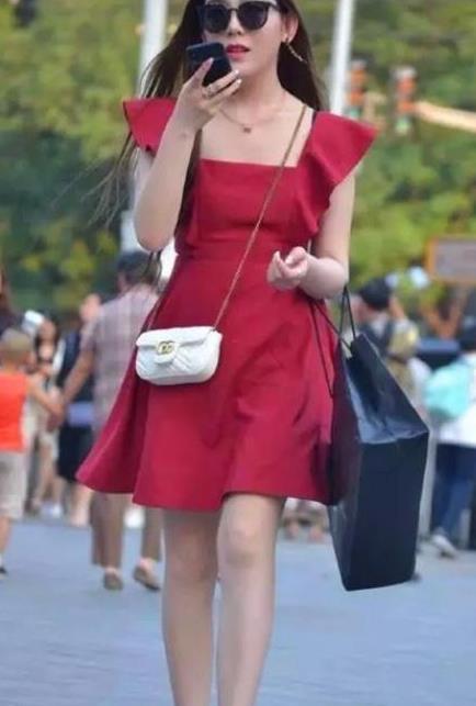 街拍:小姐姐清爽的白色背心搭配蓝色休闲裤,时髦又减龄呈现魅力