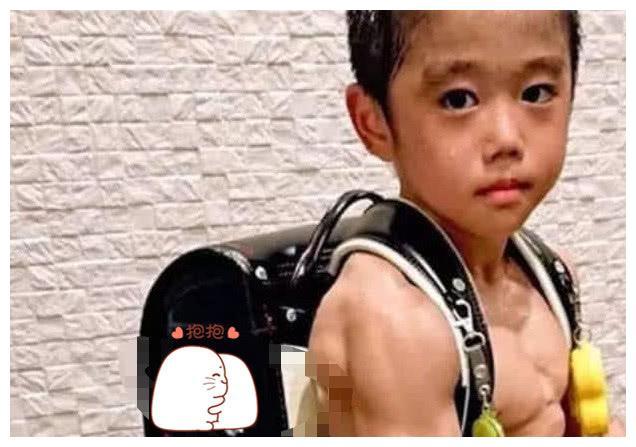 """日本8岁""""健身狂""""走红,看到他身上腹肌,网友纷纷沉默"""