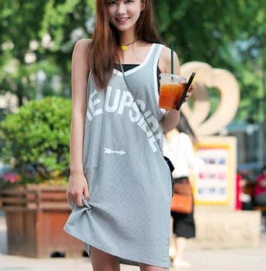 街拍:一笑千金的美女,一件浅灰色的背心裙,时尚休闲自然美