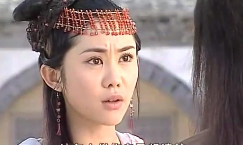 戴同款红色额饰的古装女子,孙莉娇俏、彭小苒美艳、王宇婕明艳